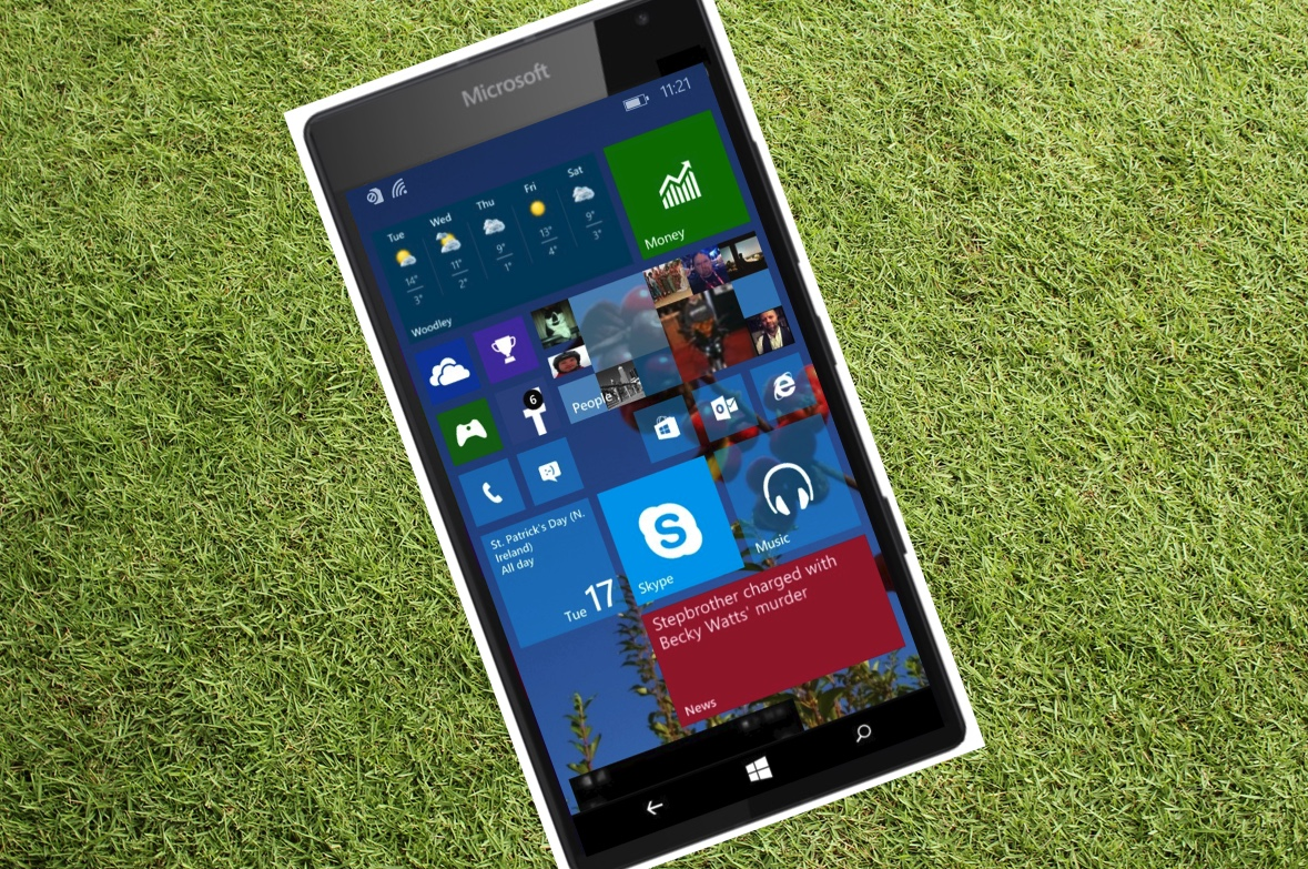 Lumia 940 on grass